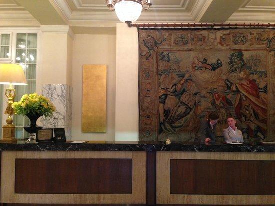 Astoria Hotel: Reception con gobelen in fondo