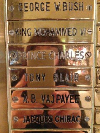 Astoria Hotel: Una delle innumerevoli targhe dorate con nomi degli ospiti famosi