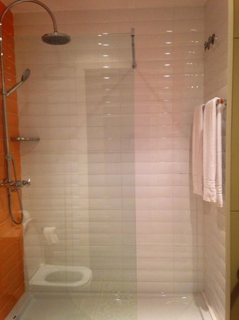 Retrome Barcelona: Shower in