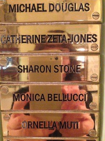 Astoria Hotel : Una delle innumerevoli targhe dorate con nomi degli ospiti famosi