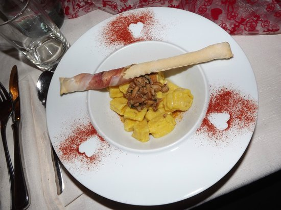Active Hotel Olympic: Il primo della Cena Romantica: Gnocchi di Patate con Sugo di Finferli e Grissino con speck