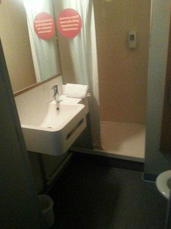 B&B Hotel Lille Grand Stade : salle de bain