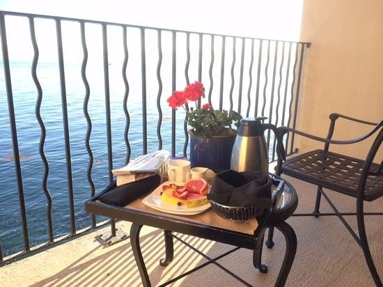 Monterey Bay Inn : Breakfast on the balcony