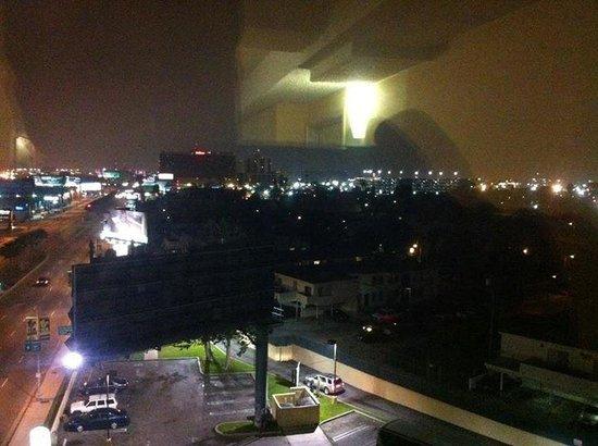 La Quinta Inn & Suites LAX: Vista do corredor do Hotel para o lado do Aeroporto a noite!