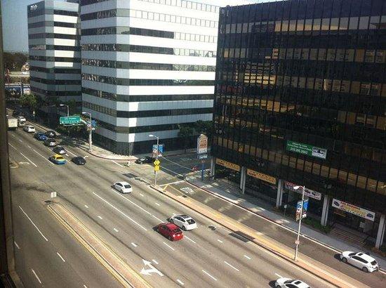 La Quinta Inn & Suites LAX: Vista do quarto de frente para a Avenida, apenas de movimentada não há ruídos no quarto!