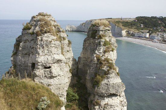 Falaise d'Etretat : Note the small footbridge