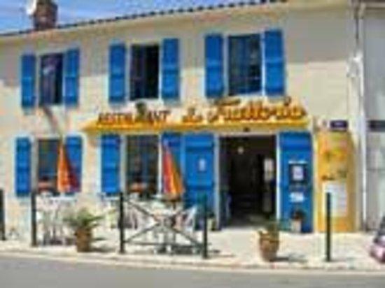 la trattoria : Vue sur la façade côté rue du restaurant situé en plein cœur du petit village d'Angles.