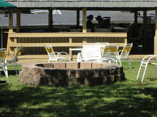 Cove Haven Resort: TanLines Out Door Bar/Grill & Fire Pit