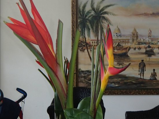 Hotel Cartagena Plaza: Flowers in lobby changed often