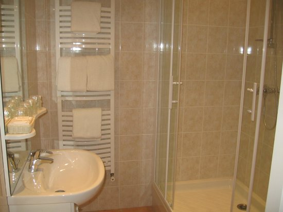 Villa Marjane : salle de bain avec douche / bathroom with shower