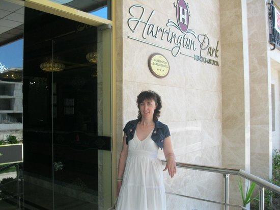Harrington Park Resort : У входа в отель.