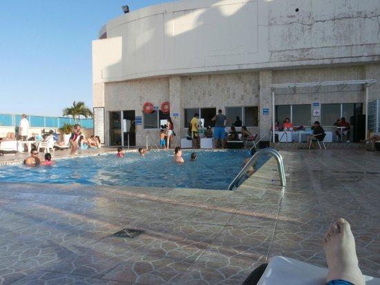 Hotel Cartagena Plaza: Pool area on the 18th floor