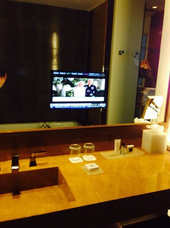 JW Marriott Marquis Miami: Bathroom with TV in the mirror