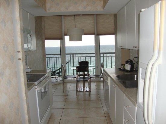 Doubletree by Hilton Ocean Point Resort & Spa - North Miami Beach: Cocina muy completa con comedor.