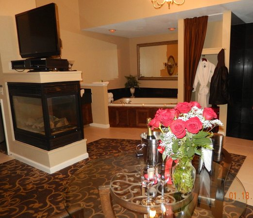 Belamere Suites Hotel: fireplace, jacuzzi, large shower, romance package includes roses and we bought the champagne