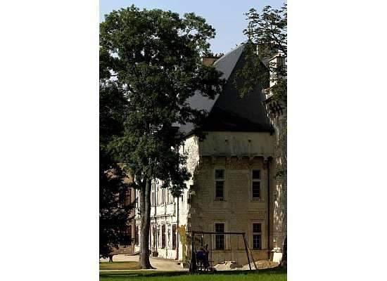 Hostellerie De L'Isle En Bray : Side of the Chateau