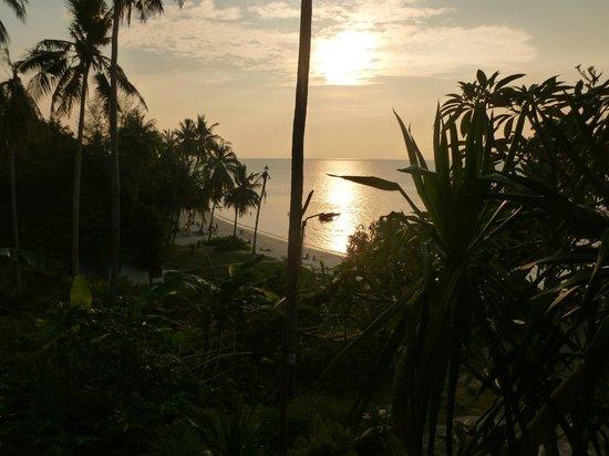 Haad Son Resort & Restaurant: La plage au coucher de soleil vue de la terrasse de notre bungalow