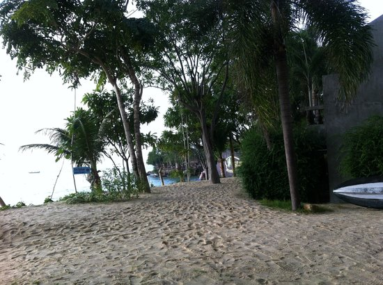 Haad Son Resort & Restaurant: l'allée conduisant au restaurant en bord de mer