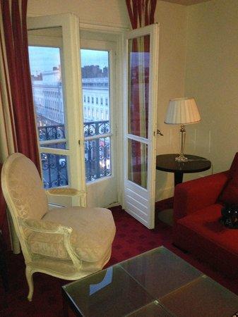 Hotel Le Royal Lyon - MGallery Collection: Balkontüren in extrm miesen Zustand aber eine schöne Aussicht