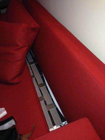Hotel Le Royal Lyon - MGallery Collection : Ein Sofa auf em man nicht sitzen konnte ohne ständig nach vorne weg zu rutschen