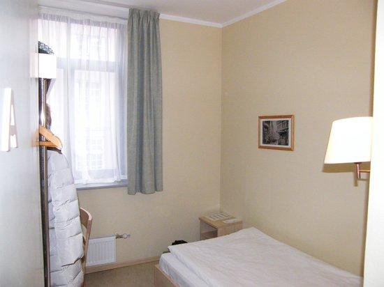 Kolonna Hotel Riga : Маленькая комната двухкомнатного номера