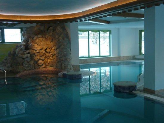 Tevini - Dolomites Charming Hotel: Piscina con cascate ed idromassaggi