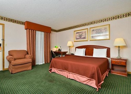 Howard Johnson Express Inn - Lenox: King Bed