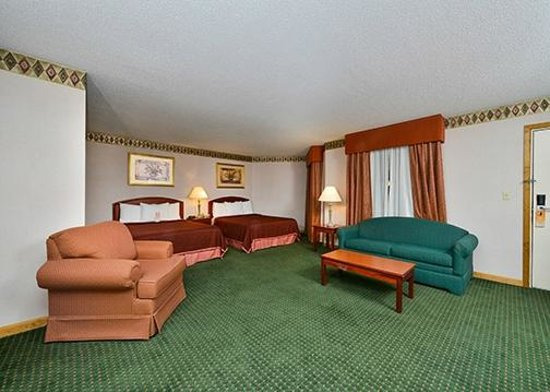 Howard Johnson Express Inn - Lenox : Two Queen Beds