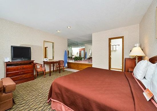 Howard Johnson Express Inn - Lenox: King With Jacuzzie