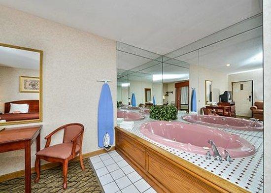 Howard Johnson Express Inn - Lenox: Jacuzzie Suite