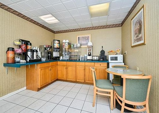 Howard Johnson Express Inn - Lenox: Breakfast
