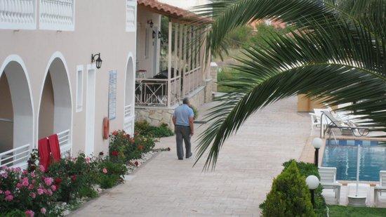 Plessas Palace Hotel: The way to the Nikos' Place Bar