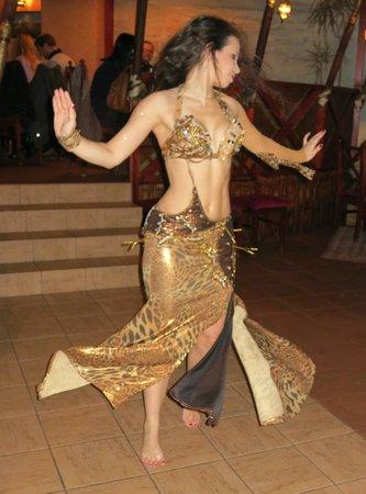 Le Cedre: Belly Dancer
