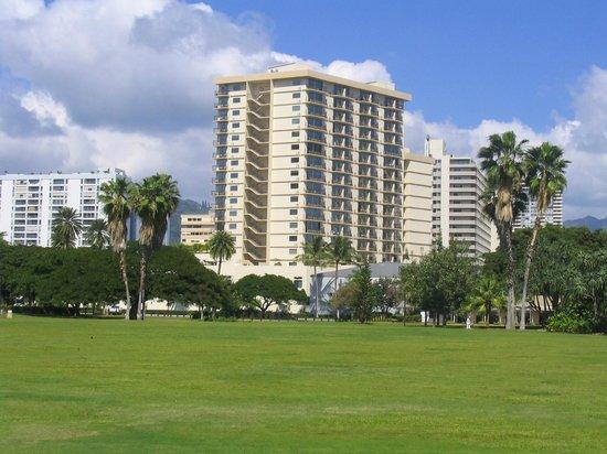Luana Waikiki Hotel & Suites: Hotel Luana and surrounding park