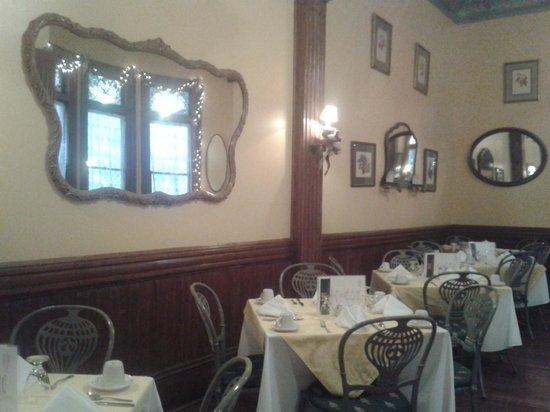 Columns Hotel: Breakfast room
