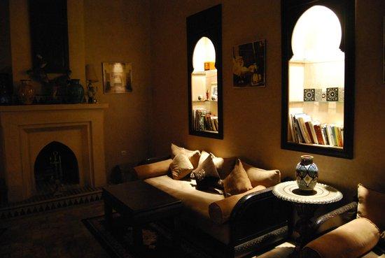 Riad Bahia Salam : Salón con chimenea