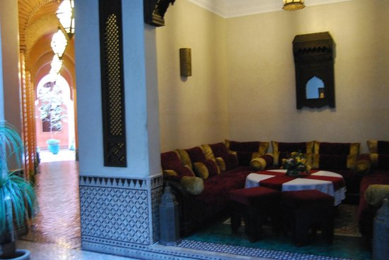 Riad Bahia Salam : Sala y pasillo al lado
