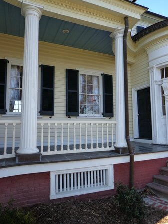 Belle Grove Plantation Bed and Breakfast: Front right porch