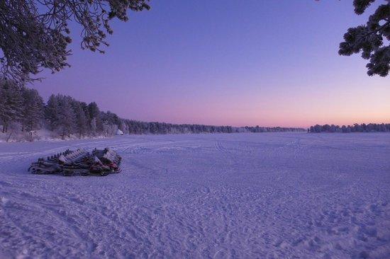 Lapland Hotel Hetta: Parking des motoneiges au pied de l'hôtel côté Lac