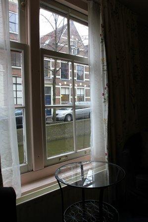 Hotel Grand Canal Delft Station: Вид из окна на канал