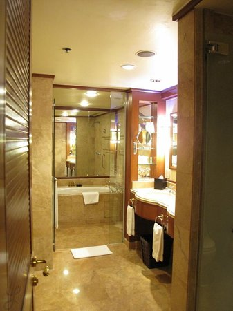 Sheraton Imperial Kuala Lumpur Hotel: The main bathroom connected to the bedroom
