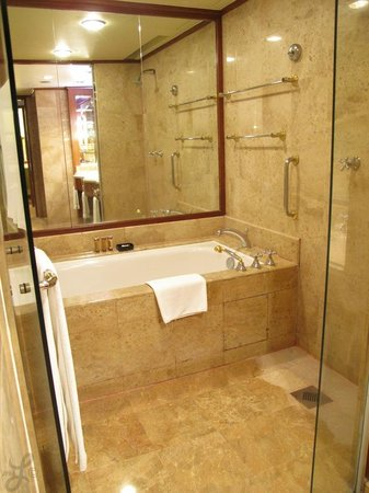 Sheraton Imperial Kuala Lumpur Hotel: The main bathroom connected to the bedroom has a bathtub and two shower heads