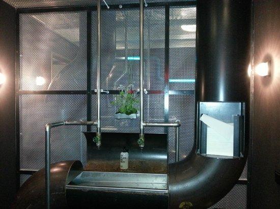 25hours Hotel HafenCity: Restaurant Damen WC  -  tolles Design