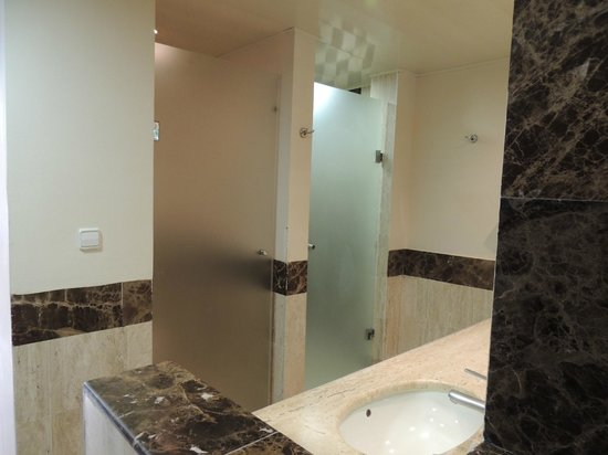 TRS Turquesa Hotel: Toilet and Shower