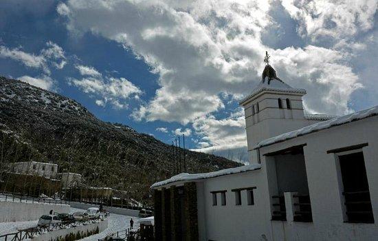 Alcazaba de Busquistar: Frente al edificio