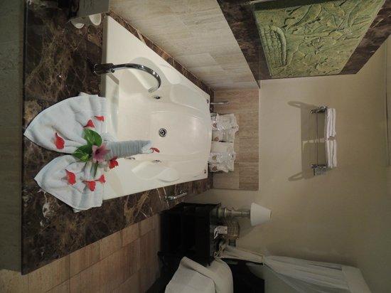 TRS Turquesa Hotel: Bathtub