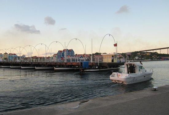 Pont de la Reine Emma : Bridge opens a little for a small boat