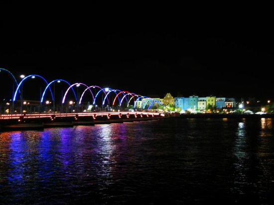 Ponte Flutuante Queen Emma: Bridge lit up at night