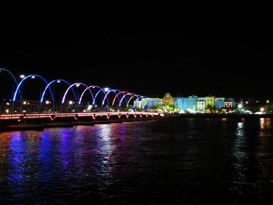 Pont de la Reine Emma : Bridge lit up at night