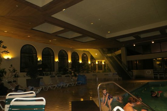 Tower Hotel Oklahoma City : big indoor pool area. there's also a hot tub in the corner.